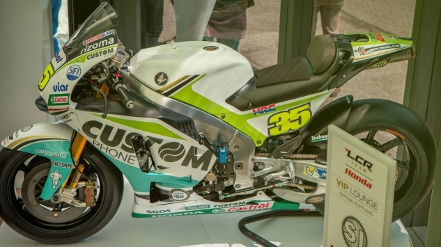 Custom Phone in Tour per l'Italia con la moto del Team LCR Honda
