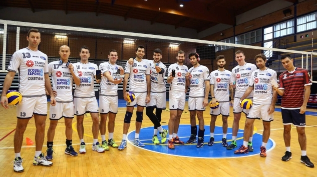 Gli accessori Custom Phone in campo con i campioni della Top Volley Latina